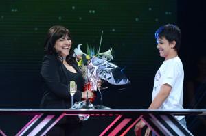 Elizabeth Vernaci recibe el Premio Eter de manos de su hijo Vicente